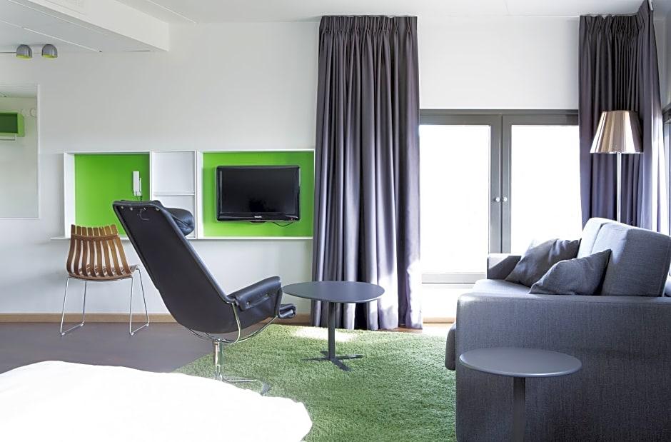Ultra Comfort Hotel RunWay, Ullensaker, Norway. Rates from NOK591. LR-97